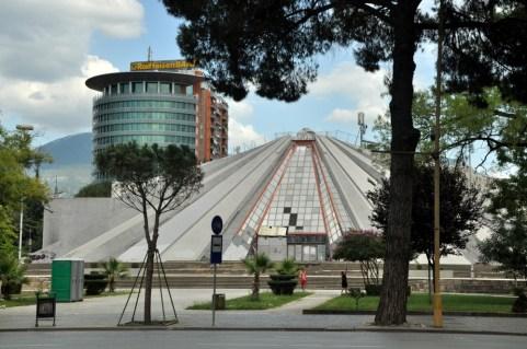 Piramida zaprojektowana przez córkę Envera Hodży jako mauzoleum jego pamięci. To tam właśnie miały spocząć jego szczątki, na szczęście pomysł upadł. Piramida będzie wyburzona i powstanie tu nowy budynek Parlamentu.