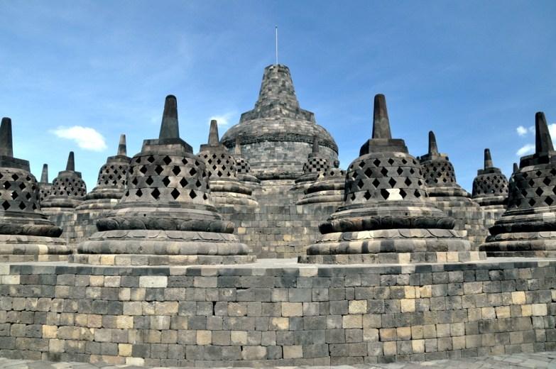 Zwieńczeniem świątyni jest największa stupa, symbolizująca osiągnięcie najwyższego celu: nirwany. A przy okazji, jak zawsze: symbolizująca górę Meru, przez którą wertykalnie przechodzi oś świata.