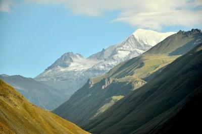 W promieniach wschodzącego słońca... Nie wygląda, ale to stożek wygasłego wulkanu (podobnie jak Elbrus).