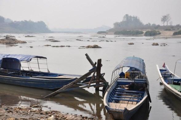 Mekong, 4500 km, 4 co do wielkości w Azji, a 9 na świecie, źródła ma na Wyżynie Tybetańskiej, przepływa przez Chiny, Laos, Kambodżę, Wietnam, fragmentami wyznacza granicę Laosu z Tajlandią i Birmą. Uchodzi do Morza Południowochińskiego.
