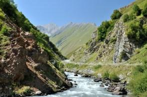 Wejście w wąwóz Kasari, który prowadzi do Doliny Truso.
