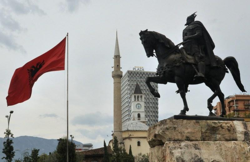 Charakterystyczne ujęcie z Tirany - bohater Skanderberg i flaga narodowa, meczet, pięciogwiazdkowy hotel Plaza...