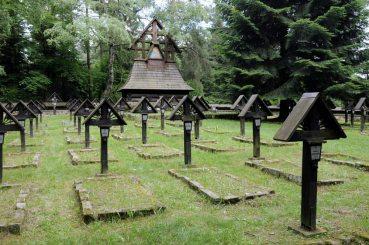 Wracamy przez Przełęcz Małastowską (pod Magurą Małastowską). Cmentarz wojenny nr 60, z okresu I Wojny Światowej. Autorem jest Dušan Jurkovič, jeden z najwybitniejszych słowackich architektów przełomu XIX i XX wieku.