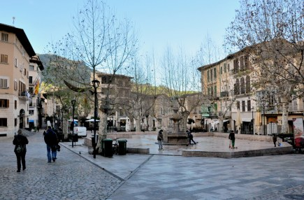 """A to Soller. Miasteczko w kotlinie Vall de Soller, otoczone górami, gajami oliwnymi i sadami pomarańczowymi. Tu Placa de la Constitucio, a my mieszkaliśmy """"za winklem""""."""