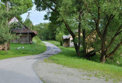 Wracamy też przez Nowicę. Wieś na uboczu cywilizacji. Iks lat temu, idąc przez wieś, taplaliśmy się w bocie po kostki. Teraz, proszę bardzo, asfalcik!