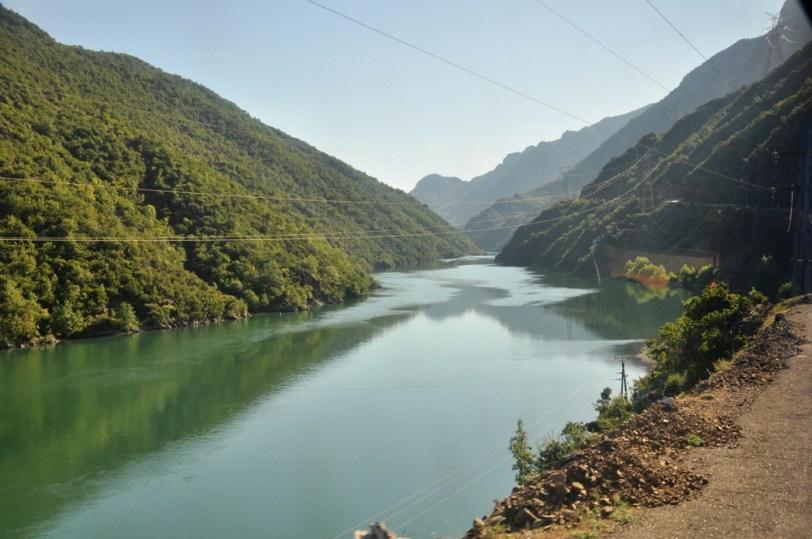 Pierwszy etap trasy w Góry Północnoalbańskie to przeprawa promowa przez Jezioro Koman.