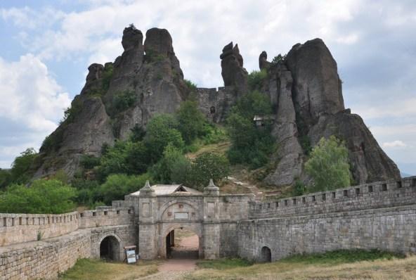 Belogradcziska Krepost, czyli tamtejsza twierdza. Archeolodzy wyróżnili trzy etapy rozbudowy fortecy: rzymsko-bizantyjski, bizantyjsko-bułgarski oraz turecki.