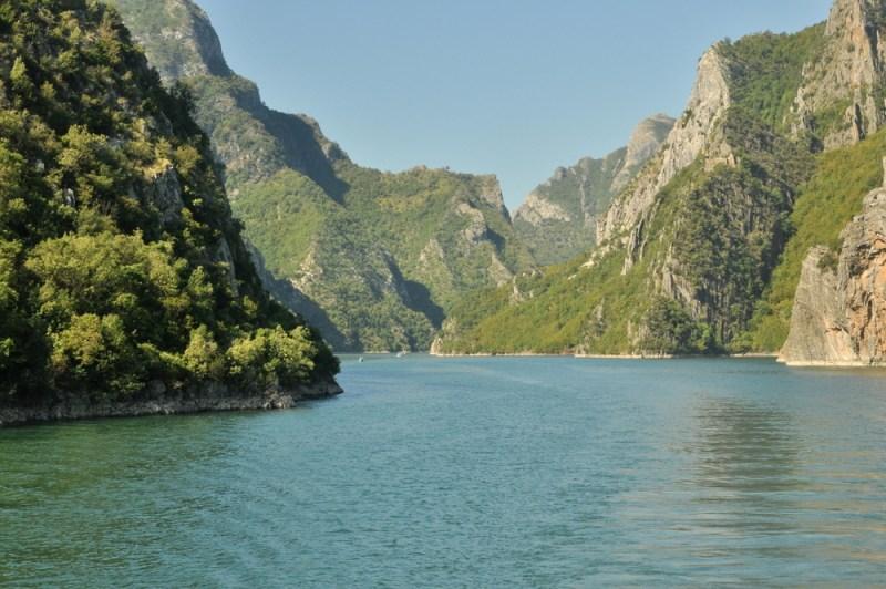 """Koman to jezioro zaporowe utworzone w środkowym biegu rzeki Drin. Nazywane jest """"albańskim fiordem""""."""