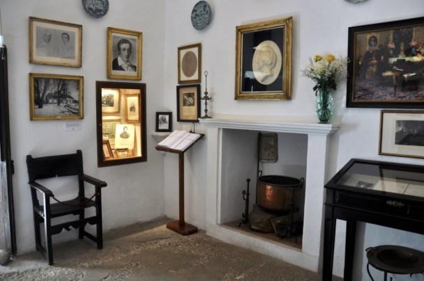 Zamieszkał z George Sand w zsekularyzowanym klasztorze kartuzów. Straszne tam mieli przeciągi.