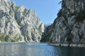 Spiętrzenie wód utworzyło dzikie jezioro, otoczone skalistymi ścianami. Rzeczywiście klimat fiordów jest.