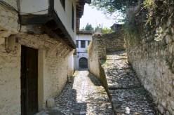 Domy są zbudowane w stylu staroalbańskim, niektóre - tureckim, na podwyższonej podmurówce.