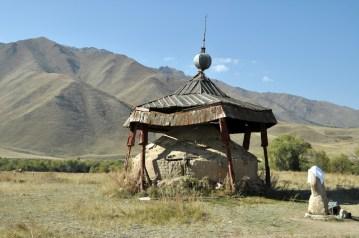 Kożomkul. Miejsce upamiętniające kirgiskiego siłacza, Kożomkula, który był najsilniejszym Kirgizem swoich czasów. Potrafił konia przenieść przez śnieżne zaspy. Wygrywał wszystkie siłowe konkursy na Jedwabnym Szlaku. Gdy zdobył nagrodę 50 owiec i kilku klaczy, rozdał je ubogim. W czasach ZSRR zrobił dużo dobrego dla regionu, a za niepokorność w stosunku do władzy był więziony. Uważa się, że jego duch chroni mieszkańców doliny.