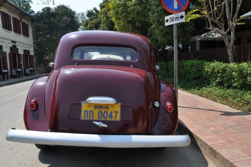 Po starym Luang Prabang jeżdżą stare samochody :)