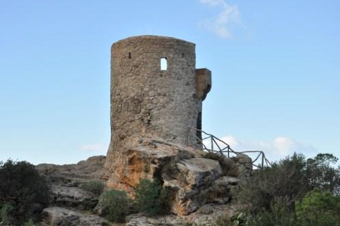 """Jedna z """"pierścienia"""" wież poustawianych niegdyś wokół majorkańskiego wybrzeża. Była punktem obserwacyjnym, z którego wypatrywano wrogich statków."""