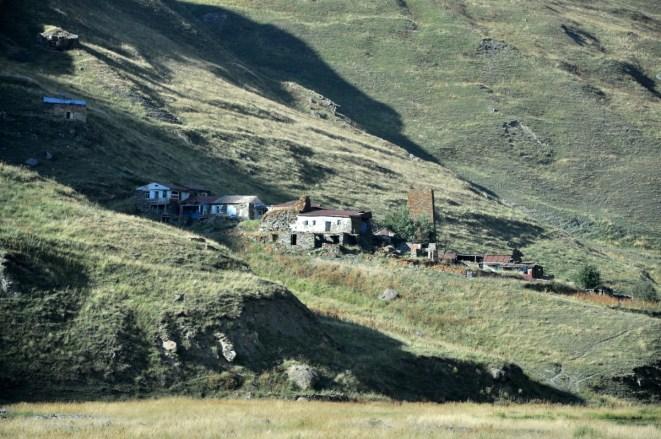 Wieś Suatisi. Zamieszkała latem przez kilka osób.