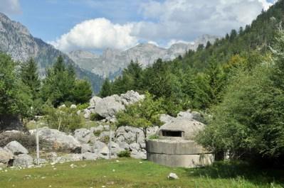 Słynne albańskie bunkry ustawiono też w niedostępnych górach, pomimo, że niedostępne.