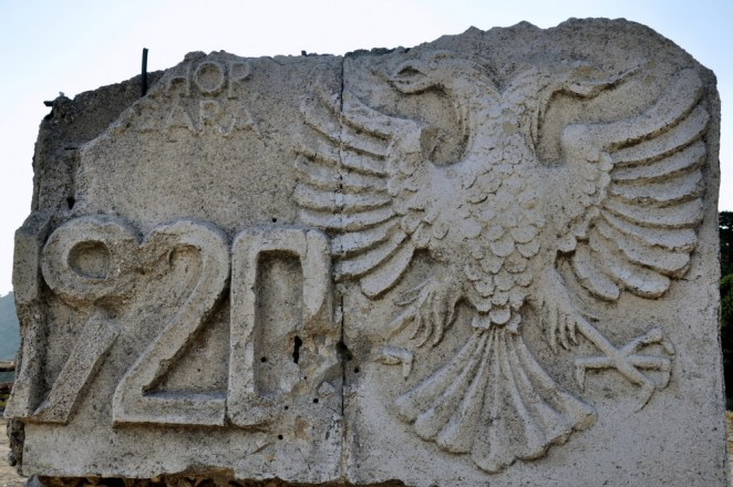 Pomnik na przełęczy upamiętniający ważne w historii Albanii wydarzenie: w 1920 r w Londynie zatwierdzono niepodległość Albanii, która od lat była okupowana przez różne kraje bałkańskie i Turcję i miała ulec całkowitemu rozbiorowi.