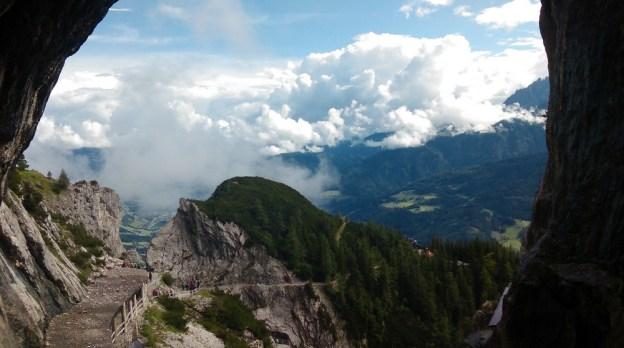 To był naprawdę deszczowy dzień, wbrew wszelkim pozorom. Podejście do jaskini Eisriesenwelt - widok z okna wejściowego do jaskini.