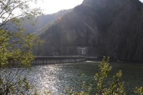 Zapora na jeziorze Vidraru. Po prawej jezioro zalewowe, po lewej 166-metrowa betonowa przepaść.