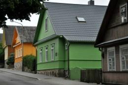 Ulica Karaimska. Miasto jest największą na Litwie siedzibą Karaimów sprowadzonych tu w średniowieczu z Krymu przez Wielkiego Księcia Witolda. Karaimi to grupa etniczna i religijna pochodzenia tureckiego. W Trokach mieli chronić bezpieczeństwa księcia i zamku.