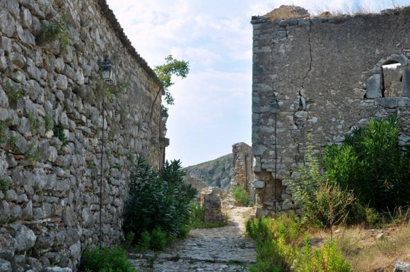 Stare Himare jest teraz niezamieszkane, ale klimat ma niesamowity. Po lewej mury cerkwi.