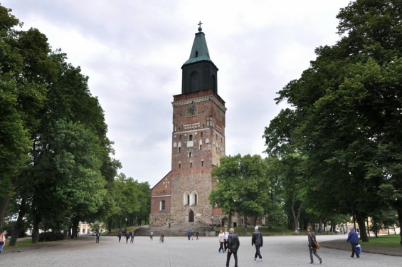 Katedra, której wieża góruje nad uliczkami w centrum Turku.