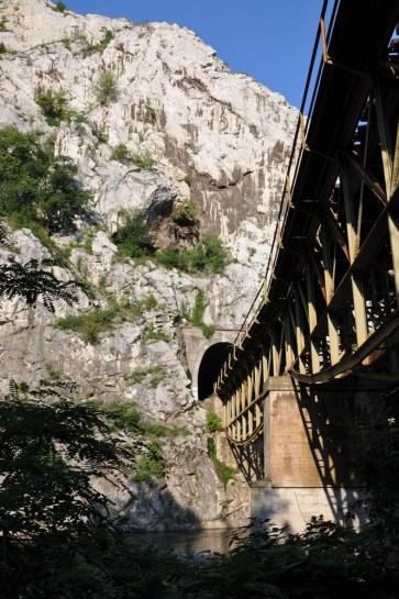 W przełomie Iskyru jest sporo tuneli.