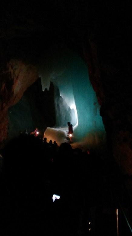 Jaskinia nie jest oświetlona, dostajesz w łapę lampkę karbidową, a przewodnicy wchodzą w formacje lodowe i je podświetlają dodatkowym światłem.