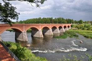 500 stóp długości (165 m) i 25 stóp szerokości, by mogły się minąć 2 karety. Jeden z większych ceglanych mostów w Europie, XIXw.