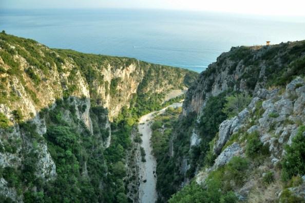 Kanion z gór dochodzi do morza...