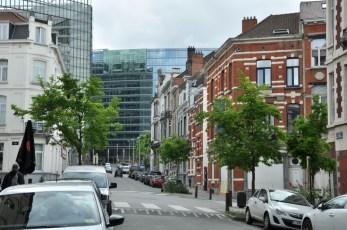 Dopiero na bocznych uliczkach widać, jak to szklane, nowoczesne budynki unijne powciskane są pomiędzy stare kamienice.