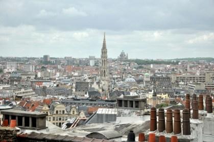 """Rzut oka na """"dolną"""" Brukselę. Strzelista wieża to ratusz, a w okolicy zielonej kopuły mieszkaliśmy. W słynnej dzielnicy Melenbeek, kolebce terrorystów, którzy tam właśnie knują zamachy."""
