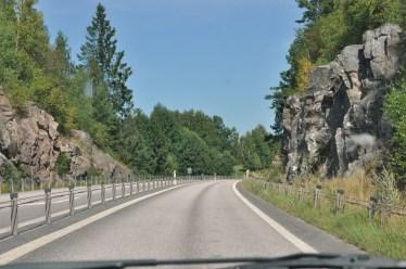 Klasyczna droga szybkiego ruchu, między skałami, pusta, dobrej jakości i z ograniczeniem prędkości do 90km/h.