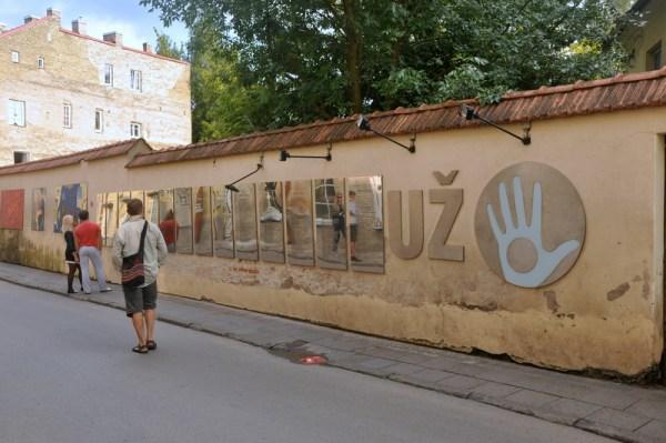 Artyści powołali Republikę Zarzeczańską i proklamowali konstytucję, którą przetłumaczyli na kilkanaście języków, m. in. na polski. Jej postanowienia wiszą na wielkich lustrzanych tablicach. Można poczytać ->