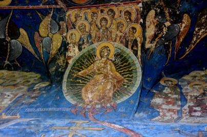 Malowane ściany wewnątrz cerkwi, na zewnątrz oraz na sufitach.