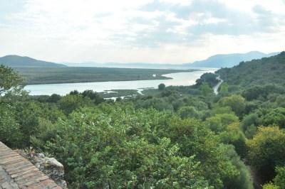 Butrint leży na półwyspie, otoczony jest między innymi wodami Jeziora Butrint utworzonego przez półwysep i pokręconą linię brzegową.
