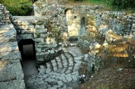 """Różne fajne zakamarki Butrintu. Butrint jest niesamowity. Nazywany jest """"mikrokosmosem historii śródziemnomorskiej"""", ma ślady wzlotów i upadków wszystkich imperiów, które na przestrzeni 2 tysięcy lat dominowały w Albanii. Polecam wpis o Butrincie na blogu."""