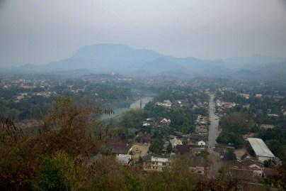 Lonely Planet nakazuje być TU i o TEJ porze, żeby doznać orgazmu na widok pięknej i romantycznej panoramy (any comments?). Widok na Luang Prabang ze wzgórza Phou Si o zachodzie słońca.