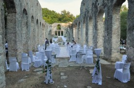 Sprzątanie po weselu w bazylice z VI wieku. W Albanii wszystko można. Ciekawe, czy u nas można sobie zorganizować ślub np. w takim Biskupinie?