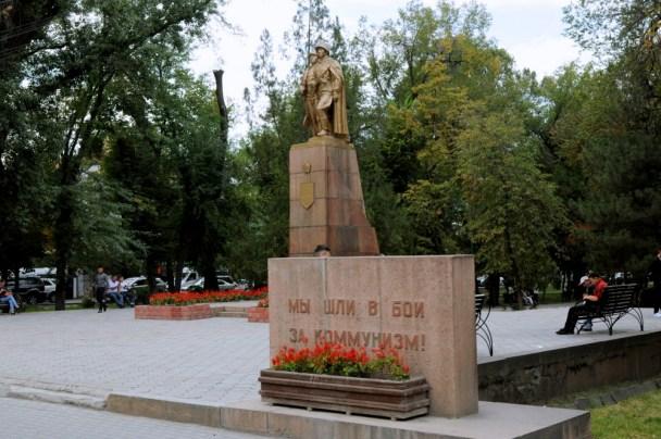 """Jest też dużo zieleni, drzew na ulicach, dzięki czemu jest sporo cienia w upalne dni. Dużo parków. A jak park, to koniecznie duży i z pomnikiem. Jeszcze zdarzają się i takie pamiątki po sowietach: """"Poszliśmy w bój za komunizm""""."""