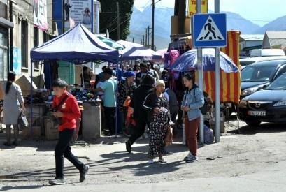 Ma kilka bazarów i sporo mieszkańców.