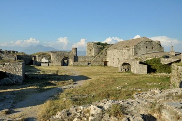 Wyposażenie twierdzy rosło wraz z potrzebami aktualnie panującego imperium. Dla chrześcijan wzniesiono katedrę, dla żołnierzy tureckich - meczet.