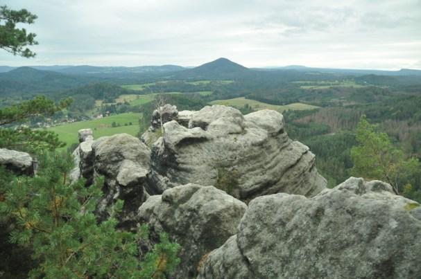 Jetřichovicke Vyhlidky. Widok z Vilemínina Stěna (439 m) na Ružovsky Vrch (619 m, inaczej Deczińska Fudżijama).