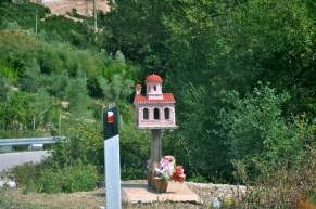 U nas stoją przy drogach krzyże, w Albanii - kapliczki poświęcone ofiarom wypadku.