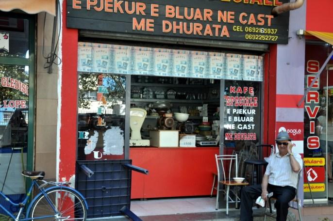 Kawa. W Albanii parzy się kawę po turecku, w tygielku. I podaje koniecznie ze szklaneczką wody.