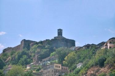 Twierdza w Gjirokastrze. I słynna wieża turecka. Bardzo fotogeniczna od strony wewnętrznej twierdzy.