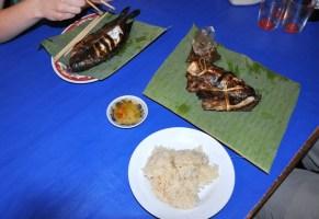 """Grillowana rybka z nadzieniem z trawy cytrynowej, serwowana na liściach bananowca, do tego sos """"very spicy"""" i sticky rice."""