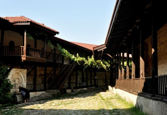 Jest jednym z nielicznych średniowiecznych monastyrów zachowanych na terenie kraju. Najstarsze znaleziska archeologiczne pochodzą z XII wieku, ale wg źródeł jego początki sięgają roku 890.