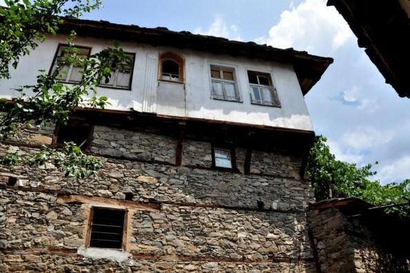 Wysokie domy na kamiennych podmurówkach były doskonałym schronieniem dla rewolucjonistów walczących z Imperium Osmańskim.