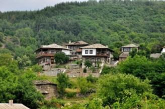Kowaczewica, wieś w południowo-zachodniej części Rodopów, 1050 mnpm., 50 mieszkańców. Wioska zachowała XIX-wieczny klimat. Tu nakręcono niejeden bułgarski film historyczny.